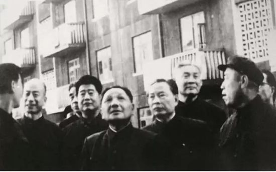 1978年9月20日,邓小平在中共天津市委第一书记林乎加(左二)等陪同下,视察天津市河北区黄纬路居民住宅建设工地。