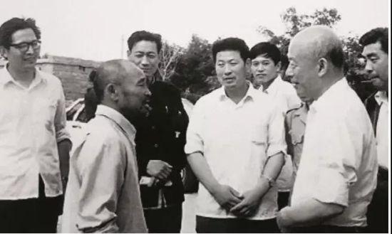 林乎加(前右)在调研期间与当地农民交流。