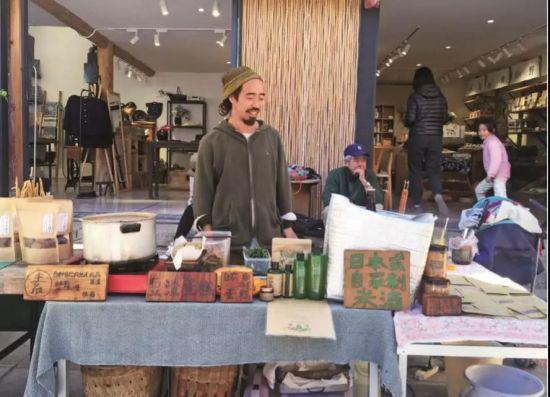 六在柴米多集市摆摊卖味噌拉面、手工食物等。坐在六背后的是酒井先生,他来自福岛,孤身一人。六每次摆摊,酒井先生都会去帮忙收拾碗筷,很多客人还以为他是六和阿雅的父亲。