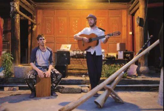六的朋友贝伯特和约翰。贝伯特是火舞表演者,约翰是画家,他们都来自法国,居住在大理的农村,日常工作都与艺术创作有关。六经常和他们一起做即兴音乐,贝伯特演奏箱鼓,约翰弹吉他,六吹迪吉里杜管。