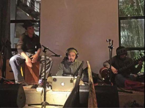 六在朋友的酒吧演出。带着乐器旅行,音乐让六的旅途不寂寞。在路上遇到同样做音乐的人,就即兴地玩一段,彼此很快靠近,越过很多障碍,成了亲密的朋友。