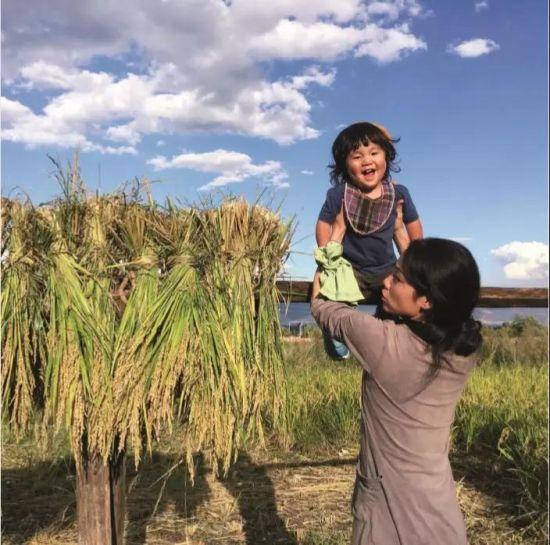 2015年,阿雅和结麻在收稻后的田野上。傍晚浓稠的天光照耀着平畴远风。阿雅的老家在名古屋,她是家里排行最小的孩子,被父母和哥哥姐姐照顾得太好、管得太严,什么都有人替她做。阿雅渴望独立的生活,少女时代就开始了一个人的旅行。