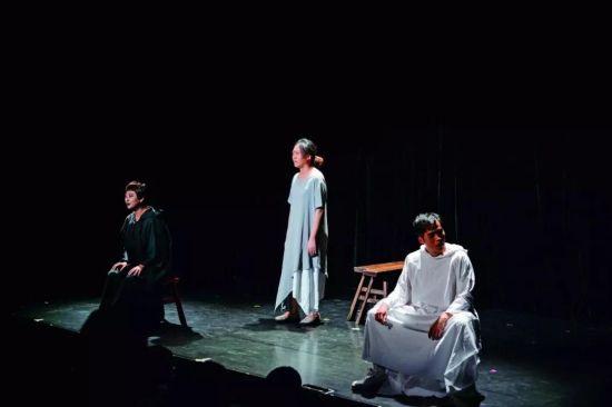 青年竞演板块的短剧《哀鸟鸣》。 供图/乌镇戏剧节