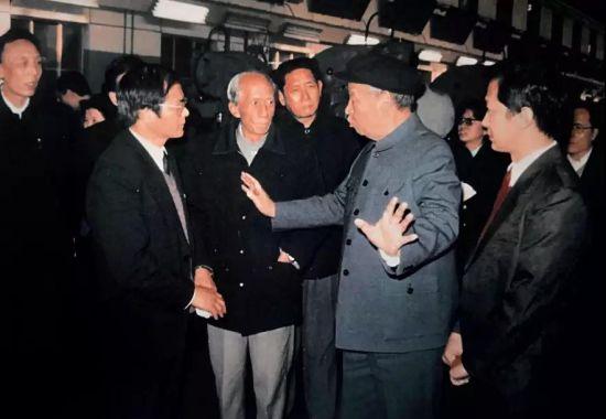 """1988年12月6日,彭真视察北京第一机床厂装配分厂,在总装车间说:""""看了你们的机床,感受到科技发展突飞猛进。""""供图/张春生 郑文阳"""