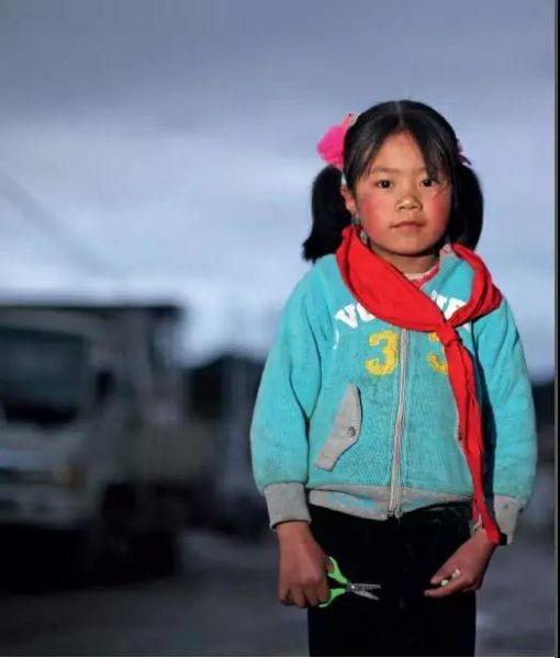 甘肃陇南,一名小女孩走在去学校上晚自习的路上。摄影/刘飞越
