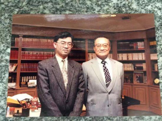 上世纪90年代初,符俊杰和金庸的合影。