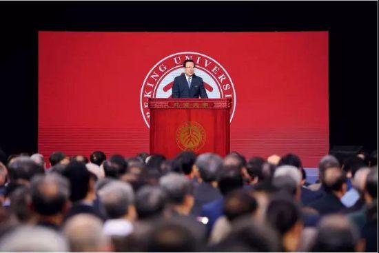 2018年5月4日,时任北大党委书记的郝平在北京大学建校120周年纪念大会上。图/视觉中国
