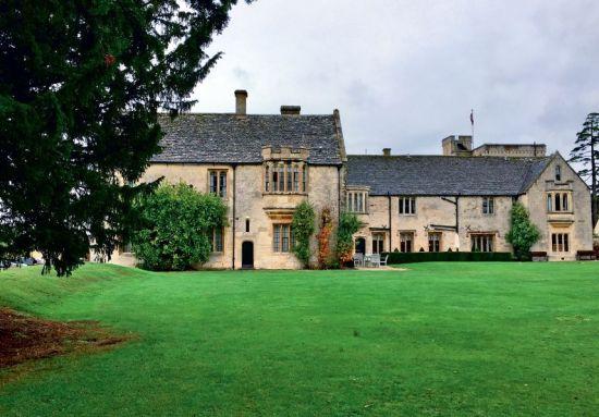 切尔滕纳姆紧邻英格兰人心中的最美乡村科茨沃尔德郡,经常能见到这种维多利亚时期的地道乡间大宅。