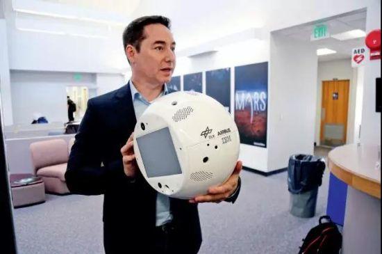 沃森的高层人员展示一款人工智能机器人。图/视觉中国