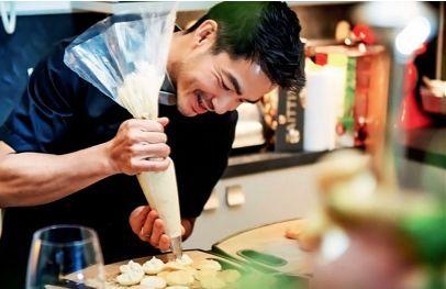 大厨让・伊夫正在精心制作甜点