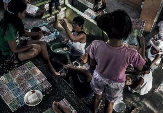 周日晚上,人们正在玩宾戈游戏 (一种赌钱或有奖游戏)