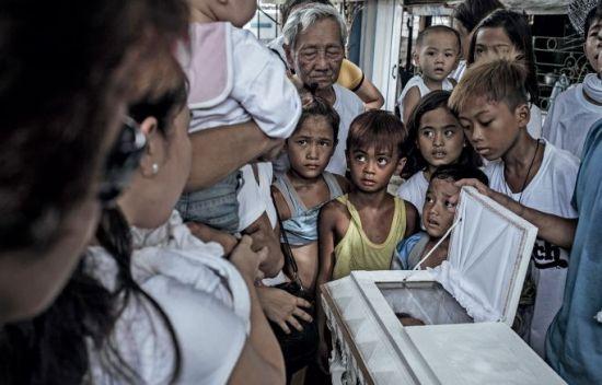 定居于此的小孩子们正在观看一场葬礼