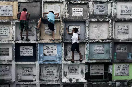 孩子们在墓地里玩耍