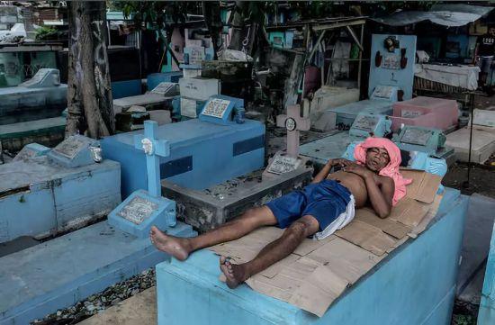 结束工作后在休息的男人