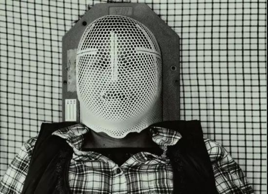 张希祉的母亲正戴着特制的塑胶面具躺在医院病床上等待脑部放射治疗。