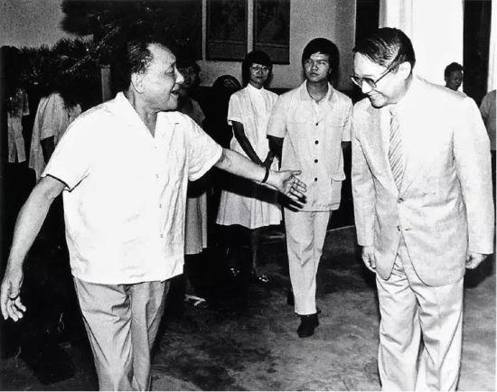 1981年7月18日,邓小平接见金庸。