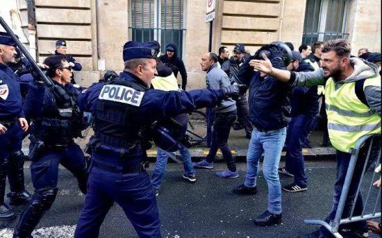"""11月24日,法国巴黎街头""""黄背心""""与警方发生冲突。图/新华"""