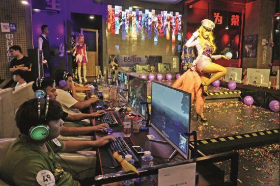 在网吧玩游戏,是许多游戏玩家共有的经历。图/视觉中国