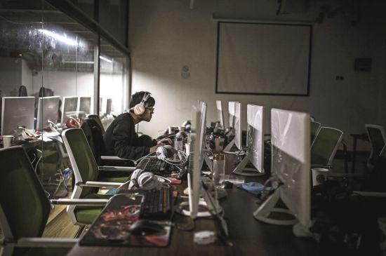 江苏南京一家电竞学院内,一名学员于清晨8时独自在教室里练习。图/视觉中国