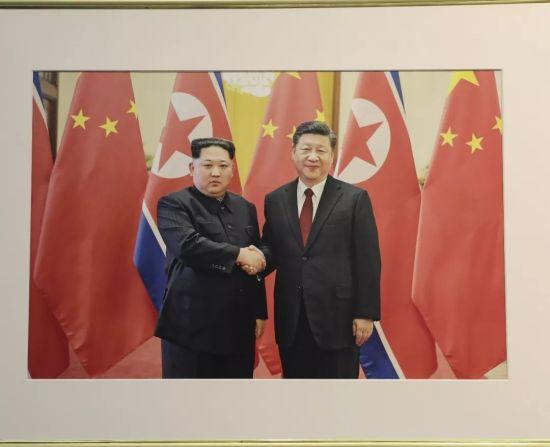 """朝鲜在北京举行""""致敬金正恩""""图片展,只见鲜花不见导弹"""