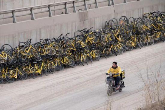 山西省太原市,上千辆ofo小黄车被遗弃在一处待建工地。