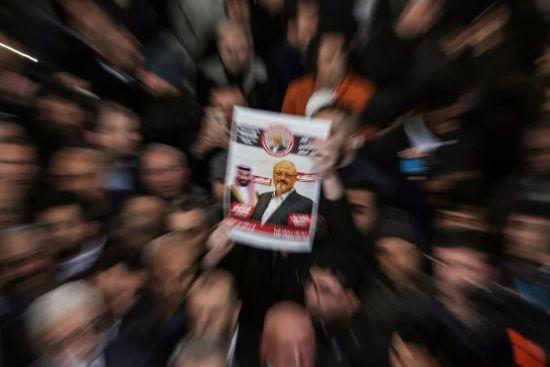 11月16日,土耳其伊斯坦布尔,民众为遇难沙特记者贾迈勒-卡舒吉举办葬礼祷告。