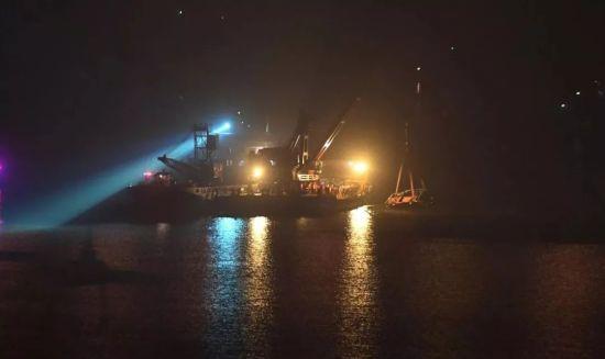 10月31日晚,重庆万州长江二桥坠江公交车被打捞出水。