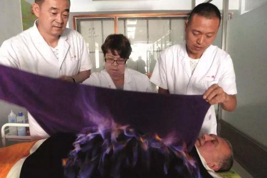 黑龙江一家权健养生馆内的火疗项目。