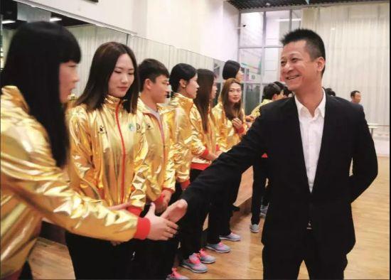2016年11月25日,辽宁省大连市,束昱辉和大连权健女足教练及队员见面。