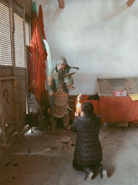 拜关二爷图片少年_起最早的床,烧最呛的香,中国人初五拜财神有多野 - 中国新闻 ...