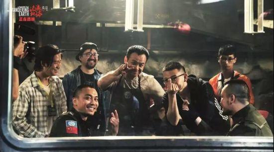 导演郭帆(右3)与其他剧组人员