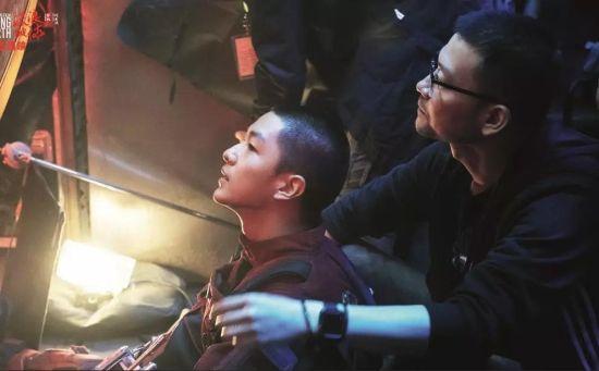 导演郭帆(右)与演员屈楚萧在片场