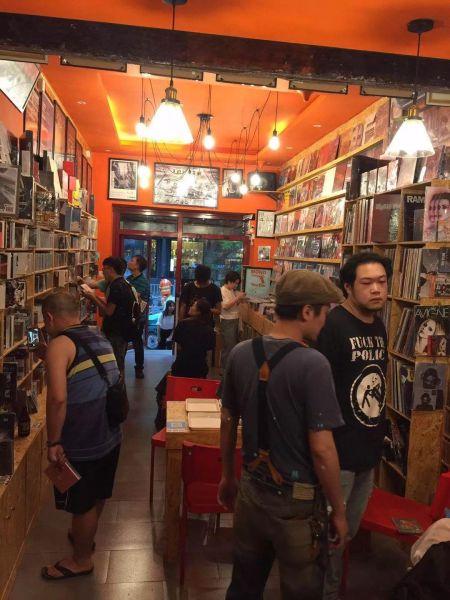 互联网大潮下的唱片店,不仅有 过去的CD