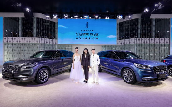 林肯中国总裁毛京波与全新林肯飞行家首位荣誉车主蔡志松、著名舞蹈家侯宏澜合影
