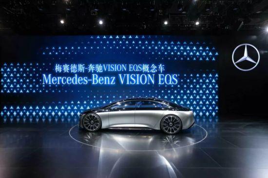 VISION EQS概念车,呈现了未来大型电动豪华轿车的夺目风姿,是梅赛德斯-奔驰迈向未来可持续发展之路的又一里程碑