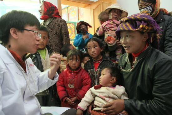 3.中国石油医疗小分队在西藏双湖巡诊坐诊