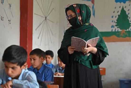 8月30日,阿富汗喀布尔一所学校的老师给学生授课。图法新